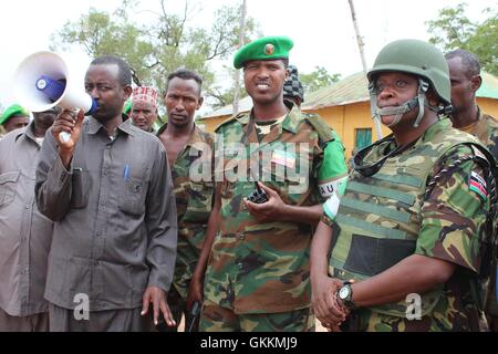 A Somali government official, flanked by the African Union Mission in Somalia (AMISOM)  Force Spokesperson Lt. Col. - Stock Photo
