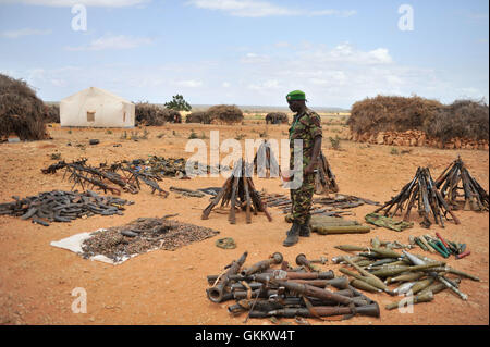 Lt. Col. Joe Kibet, the Spokesperson of the African Union Mission in Somalia (AMISOM) examines weapons captured - Stock Photo