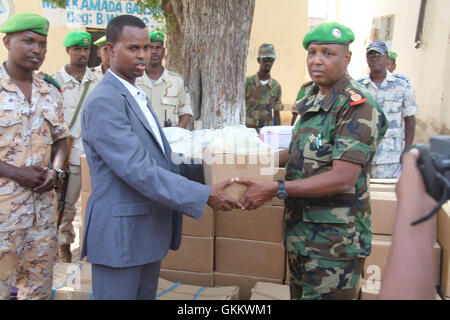 The Deputy Hiran Governor, Mohamed Ibrahim (left) receives medical supplies from Col. Jama Hassan (right), the contingent - Stock Photo
