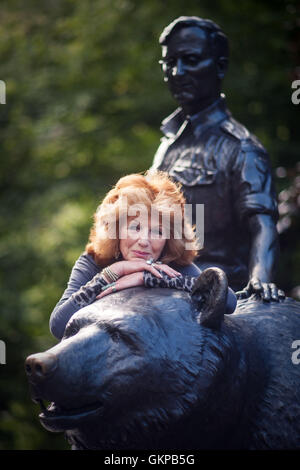 Edinburgh, Scotland, UK. 22nd August, 2016.   Edinburgh UK Aug 22 2016;Rula Lenska and Wojtek the Bear are reunited - Stock Photo