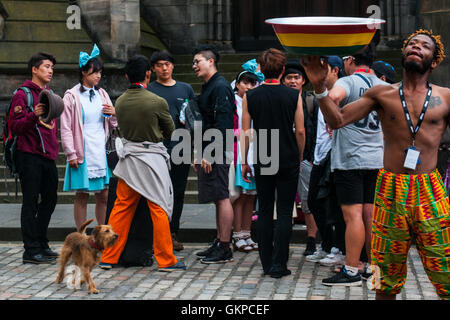 Edinburgh, Scotland. 22nd August, 2016. Performers train and speak after a day on the Royal Mile. The Edinburgh - Stock Photo