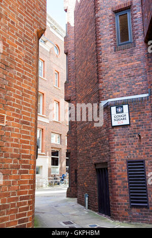Narrow alley in the heart of City of London, Gough Square, London, UK - Stock Photo