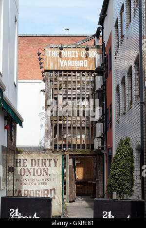 the dirty onion pub and yardbird restaurant in cathedral quarter belfast housed in belfasts oldest building - Stock Photo