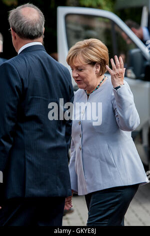 Tallinn, Estonia, 25th August 2016. Estonian President Toomas Hendrik Ilves (L) is greeting German Chancellor Angela - Stock Photo