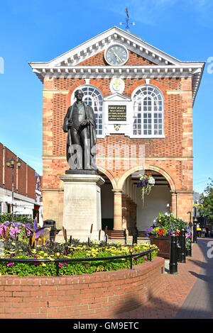 Tamworth old Town Hall marketplace with historical bronze statue of Sir Robert Peel founder of London police and - Stock Photo