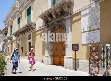 Palazzo arezzo di donnafugata e teatro corso 25 aprile for Corso arredatore d interni catania