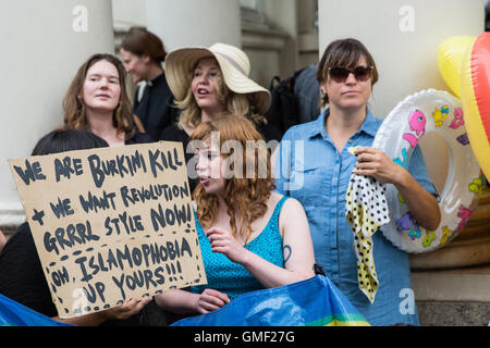 London, UK. 25th August, 2016. Women protest outside the French Embassy against French state discrimination against - Stock Photo