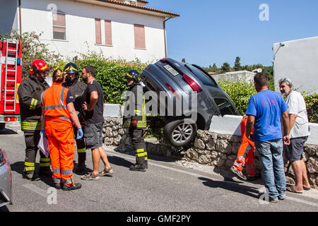San Felice Circeo, Italy. 25th Aug, 2016. Firefighters and rescue services arrive at the scene after a car loses - Stock Photo