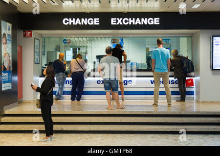 People @ Bureau de Change office operated by Global Exchange Foreign Exchange Services Geneva airport 1215 Genève - Stock Photo