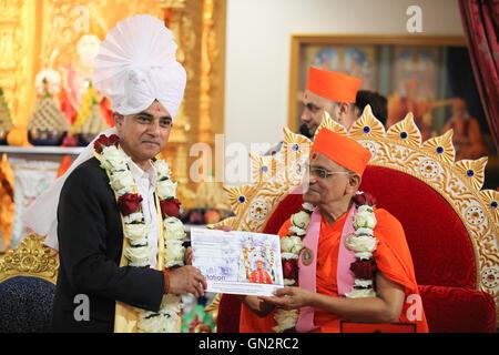 London, UK. 28th August, 2016. Acharya Swamishree Maharaj invites Sadiq Khan to India. Shree Swaminarayan Mandir, - Stock Photo