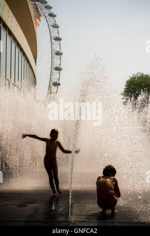 London, UK. 30th August, 2016. Londoners enjoy the city heatwave by cooling off in the fountains at Southbank Centre - Stock Photo