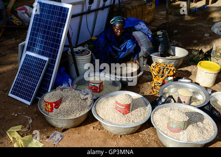 BURKINA FASO, Provinz Poni, Gaoua, weekly market with food crops and solar panels / Gaoua, Markt, Verkauf Bohnen, - Stock Photo