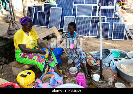BURKINA FASO, Provinz Poni, Gaoua, weekly market with food crops and solar panels /Gaoua, Markt, Verkauf Erdnuesse, - Stock Photo