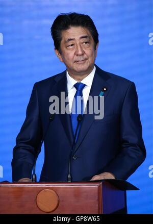 Vladivostok, Russia. 3rd Sep, 2016. Japan's Prime Minister Shinzo Abe visits the Primorye Oceanarium on Russky Island. - Stock Photo