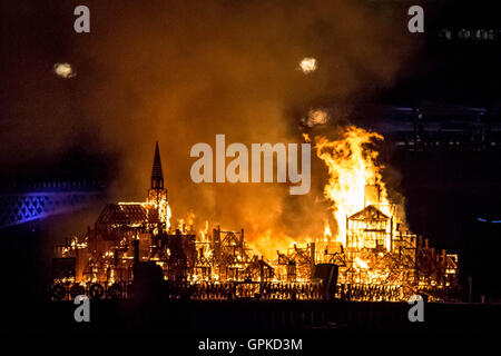 London, UK. 4th September, 2016. 120-metre-long wooden sculpture replica of 17th century London is dramatically - Stock Photo