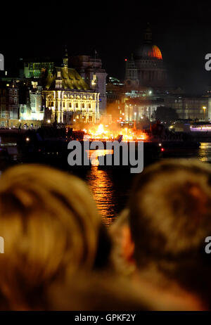 London, UK. 4th September, 2016. Great Fire of London: London 4th September 2016. Crowds of people watch on as a - Stock Photo