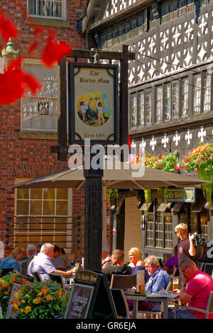 The Barley Mow Inn circa 1561 at Golden Square, Warrington town centre, Cheshire, England. - Stock Photo