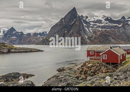 Idyllischer Fischerort Vor Den Grandiosen Gipfeln Der Lofotenmauer - Stock Photo