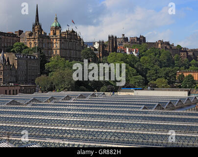 Scotland, Edinburgh, look at the Old Town and the castle, before it of the Waverly station, central station - Stock Photo