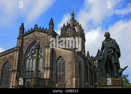 Scotland, Edinburgh, Saint Giles Kathedrale, also High Kirk of Edinburgh, before it the statue of Walter Francis - Stock Photo