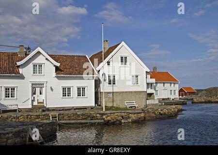 Der Kleine Idyllische Ort Mit Seinen Weissen Holzhäusern Ist Immer Einen Besuch Wert - Stock Photo