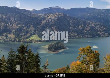 Idyllische Kleine Insel Im Schliersee - Stock Photo
