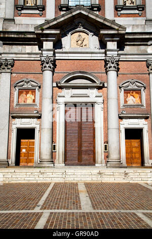 Surprising Columns Facade And Front Entrance Steps Of The Shedd Aquarium Largest Home Design Picture Inspirations Pitcheantrous