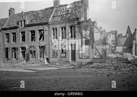 World war 2 destroyed buildings in berlin old photo for Cities destroyed in ww2
