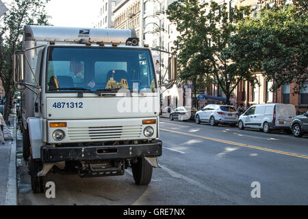 A US mail truck parked in the streets of Manhattan. - Stock Photo