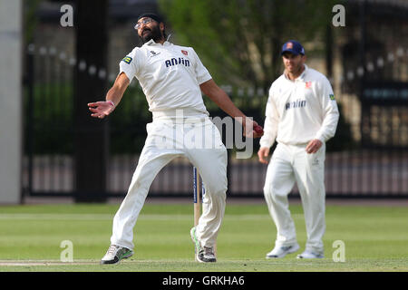 Monty Panesar in bowling action for Essex - Cambridge MCCU vs Essex CCC - Pre-Season Friendly Cricket Match at Fenners - Stock Photo