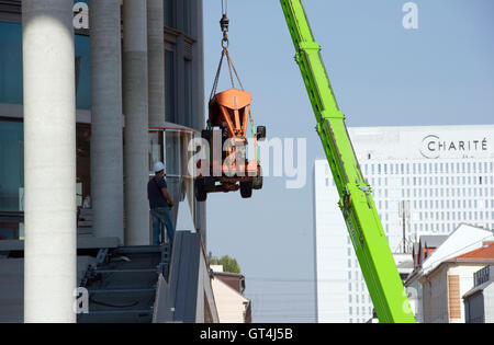 Berlin, Germany. 08th Sep, 2016. A crane lifts a construction machine from the site of the extension construction - Stock Photo