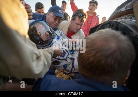 International Space Station Expedition 48 NASA astronaut Jeff Williams is helped out of the Soyuz TMA-20M spacecraft - Stock Photo
