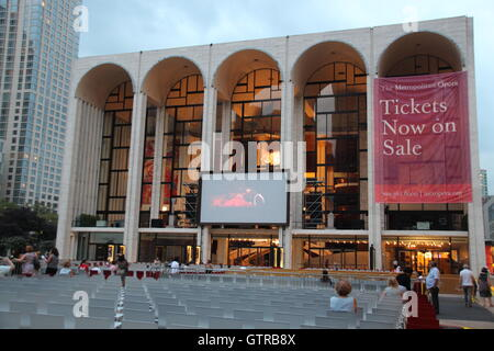 New York, US. 25th Aug, 2016. The Metropolitan Opera in the Lincoln Center (m), the concert hall (r) and the ballet - Stock Photo