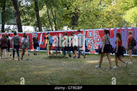 Berlin, Germany. 10th Sep, 2016. Festival visitors walk to the music festival Lollapalooza in Berlin, Germany, 10 - Stock Photo