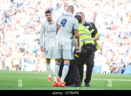 Madrid, Spain. 10st September, 2016. A boy hugs Karim Benzema (Forward, Real Madrid) during the football match of - Stock Photo