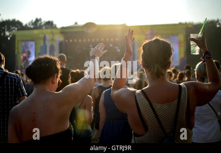 Berlin, Germany. 10th Sep, 2016. Visitors celebrate at the music festival Lollapalooza in Berlin, Germany, 10 September - Stock Photo