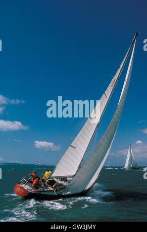 AJAXNETPHOTO. 1971. SOLENT, ENGLAND. - ADMIRAL'S CUP - AMERICAN ENTRY BAY BEA AT THE START OF THE FASTNET RACE. - Stock Photo