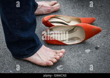 Vancouver, Canada. 10th Sep, 2016. A participant takes a break from his high heels during the 'Walk A Mile in Her - Stock Photo