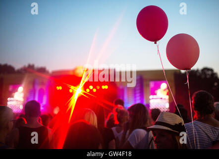Berlin, Germany. 10th Sep, 2016. Visitors at the main stage of the Lollapalooza festival in Berlin, Germany, 10 - Stock Photo