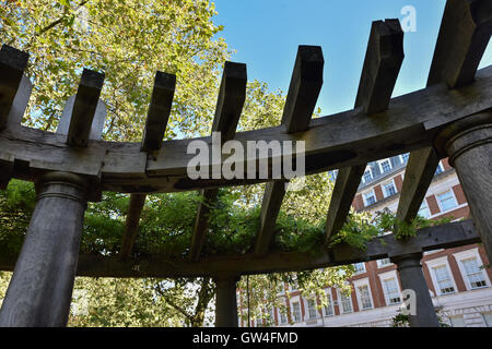 Grosvenor Square, London, UK. 11th September 2016. 9/11 Flowers and tributes are placed at the memorial in Gosvenor - Stock Photo