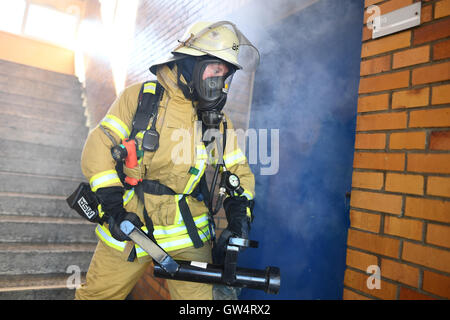 Mannheim, Germany. 24th Aug, 2016. Firewoman Lisa-Katharina Roeck shows how to open a door with a ram at the southern - Stock Photo