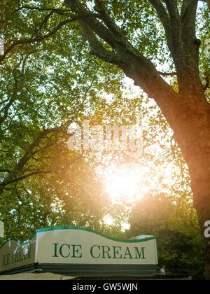 ice cream stallin a London Park - Stock Photo