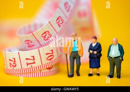 Senior citizens and dimension tape, symbolic photo Flexi pension, Senioren und Massband, Symbolfoto Flexi-Rente