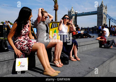 London, UK. 13th September, 2016. UK Weather: Office workers enjoy their lunch as temperatures reach 30 degree in - Stock Photo