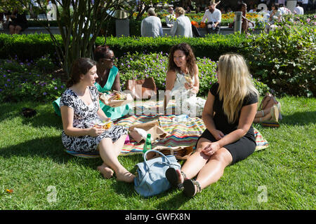 London, UK. 13th September, 2016. Women enjoy outdoor picnics at lunchtime in central London, as London and Britain - Stock Photo