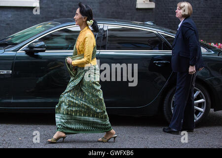 London, UK. 13th September, 2016. Aung San Suu Kyi, Nobel Laureate and State Counsellor from Myanmar, arrives in - Stock Photo
