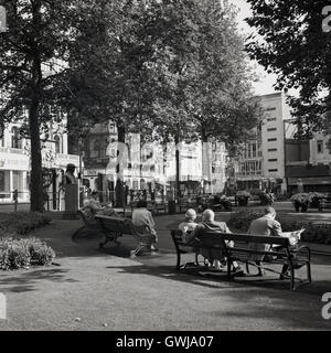 London, 1950s. A photograph by J Allan Cash of people sitting on benches at Leicester Square in London's West End. - Stock Photo
