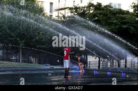 London, UK. 14th Sep, 2016. Students cool off in a fountain in London, England on Sept. 14, 2016, as Londoners have - Stock Photo