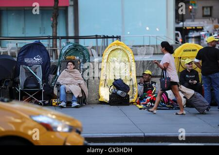 New York, USA. 15th Sep, 2016. People wait to buy iPhone products in front of Apple store on Fifth Avenue in New - Stock Photo