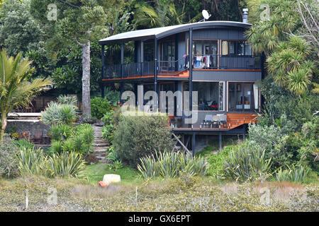 Modern house in native NZ bush - Stock Photo